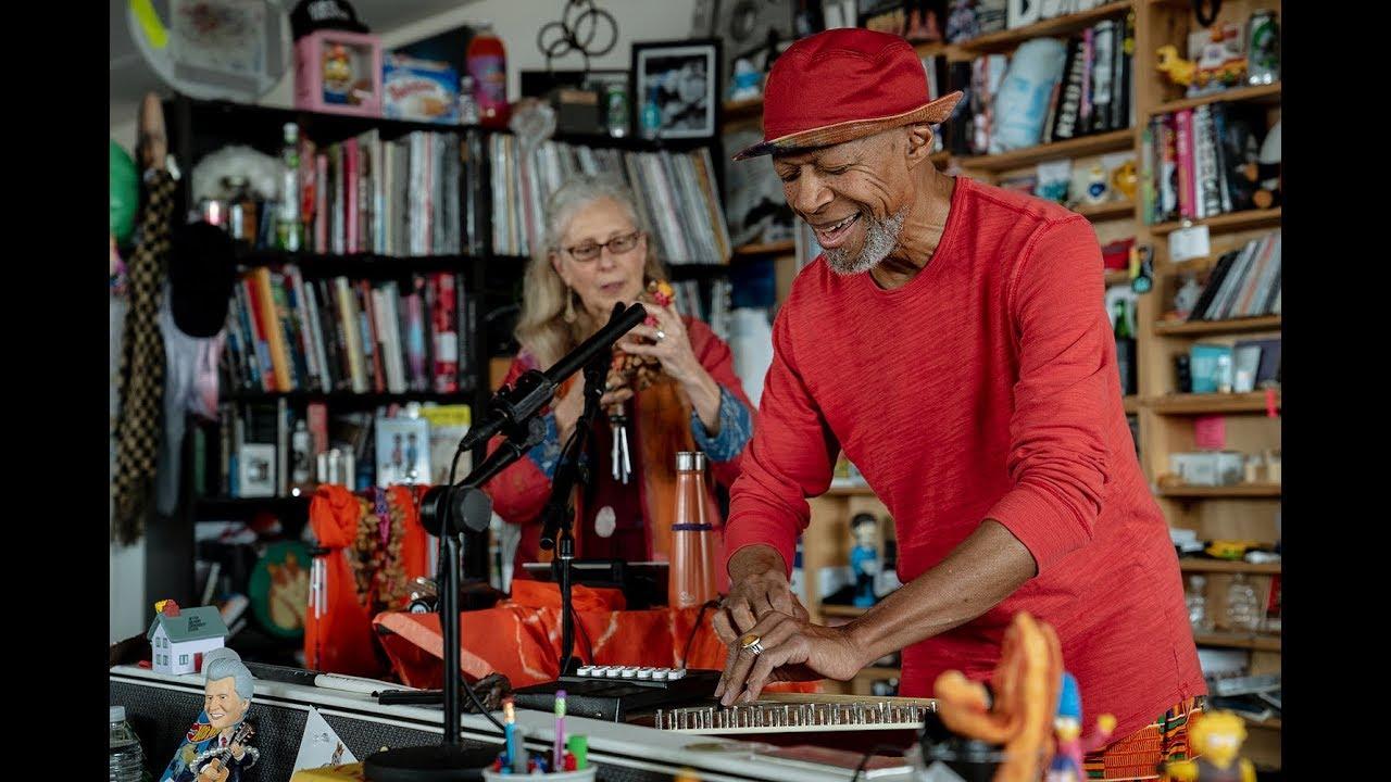 アンビエント界のレジェンド Laraaji (ララージ) が、NPRの<Tiny Desk Concert>に登場