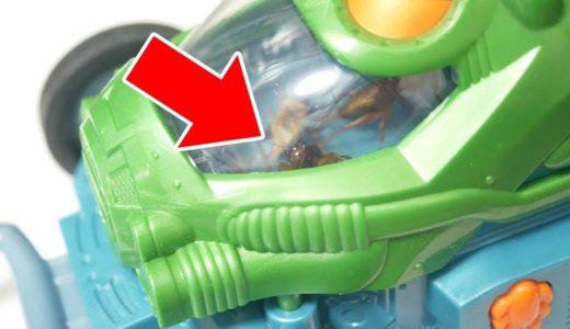 虫に車を運転させるヘビフロッグの動画がサイコパスと話題
