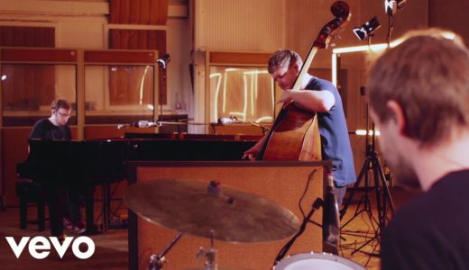 新世代UKジャズ・トリオ GoGo Penguin が最新アルバム収録曲「Atomised」のライブ映像を公開
