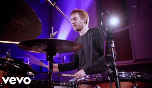 新世代UKジャズ・トリオ GoGo Penguin が最新アルバムから「Kora」のライブ映像を公開